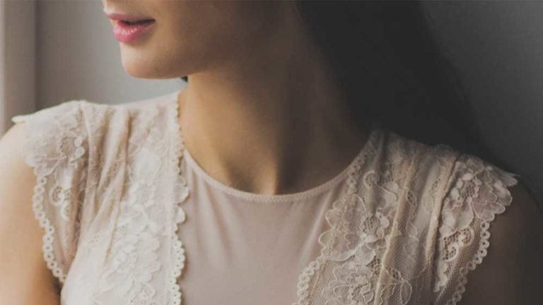 デコルテ・胸元の汗、ブラの汗を抑えるおすすめの方法は?